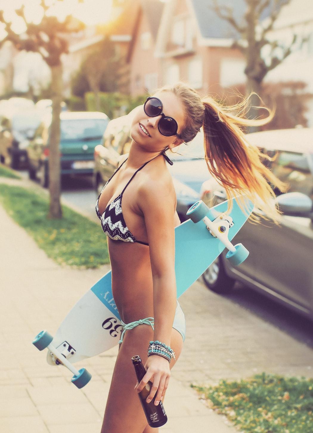 Imagen gratis de chica en biquini, con gafas de sol, long board y cerveza